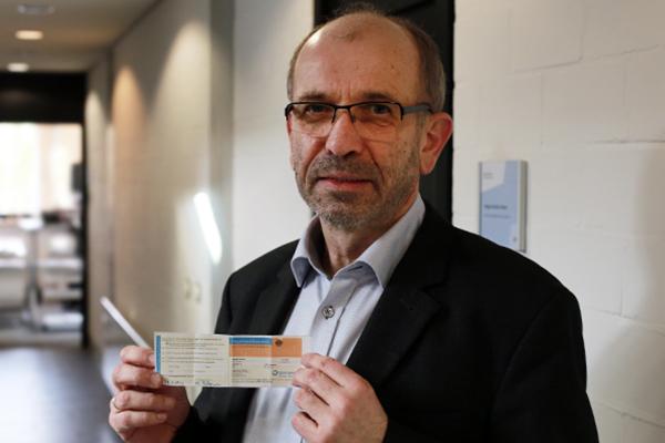 Präses Manfred Rekowski zeigt seinen Organspendeausweis