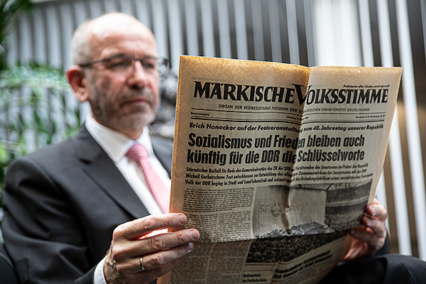 Manfred Rekowski liest die Märkische Volksstimme